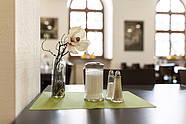 Dekorative Elemente auf den Tischen sorgen für ein Wohlfühl-Ambiente