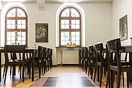 Lichtdurchfluteter Raum für Mittagessen oder Kaffee und Kuchen