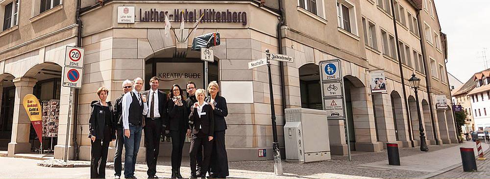 Luther Hotel Eingang und Abteilungsleiter